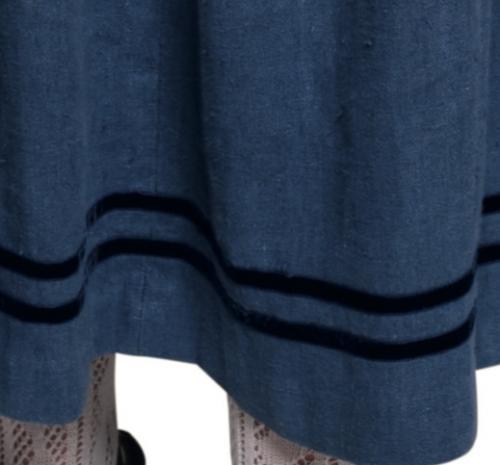 mittelblauer Rock mit zwei dunkelblauen Samtbändern verziert